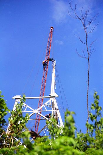 Công trình đường dây 22KV đang được xây dựng tại huyện Nam Giang.