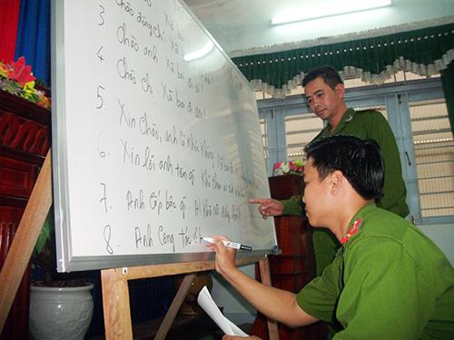 Lớp học tiếng Lào của cán bộ, chiến sĩ Công an huyện Tây Giang. Ảnh: V.HÀO