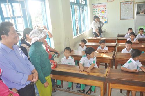 phụ huynh học sinh lớp 1 đưa con đến lớp trong ngày tựu trường.Ảnh: X.PHÚ