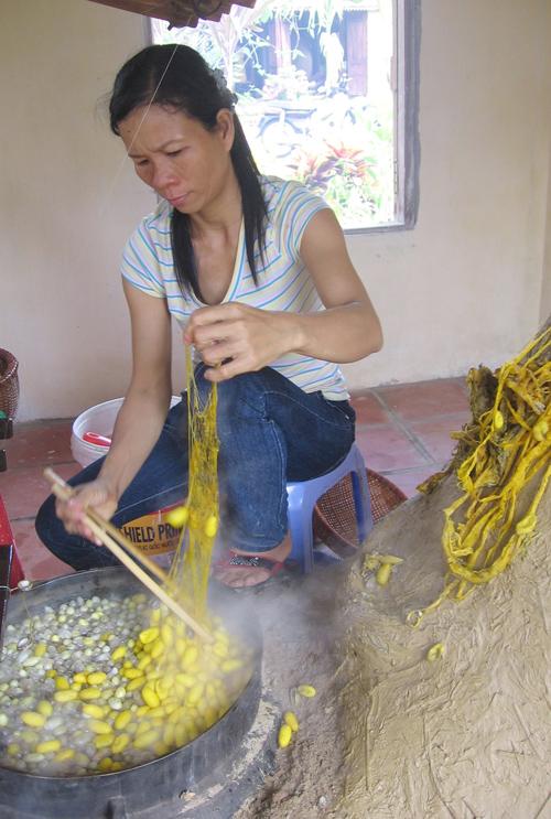 ươm tơ dệt lụa bên bờ nam Thu Bồn.ảnh: T.C