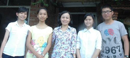 Cô giáo chủ nhiệm Nguyễn Thị Bích Hiền và các em học sinh đỗ thủ khoa. Ảnh: H.T.P