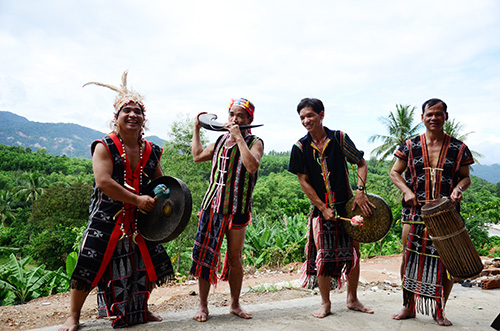 The attractive sound of gongs and flutes in the traditional musical  instruments performance in the first night awoke the festival space. The unique and specific traditional art of the mountainous region of Quang Nam province  has attracted  many tourist and local  people.