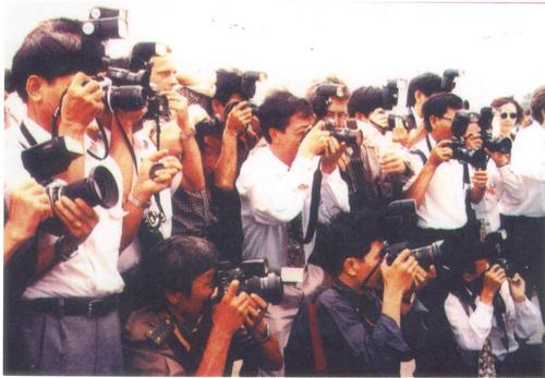 """Bìa sách """"Hỏi đáp Báo chí  Việt Nam"""" của Lê Minh Quốc (NXB. Trẻ - 2001)."""