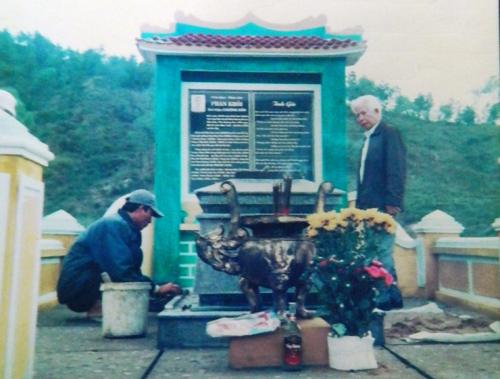 Thăm mộ cụ Phan Khôi. Ảnh: H.QUẢNG