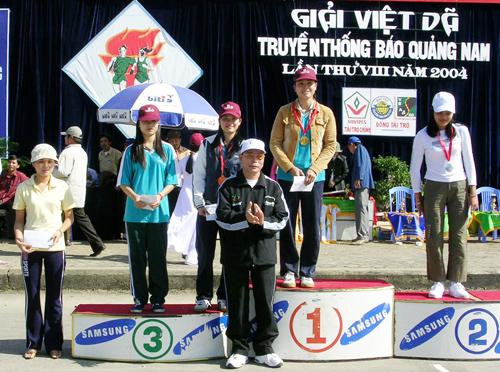 Ông Võ Văn Lâm, nguyên Giám đốc Ngân hàng NN&PTNT Chi nhánh Quảng Nam trao giải cho các vận động viên tại giải Việt dã truyền thống Báo Quảng Nam lần thứ VIII - 2004.