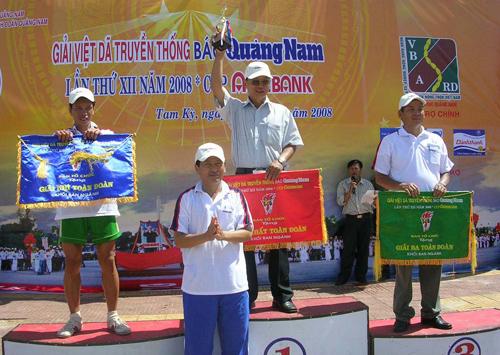 Ông Nguyễn Hoàng Minh, nguyên Tổng Biên tập Báo Quảng Nam trao giải cho các đơn vị đoạt giải Nhất, Nhì, Ba toàn đoàn tại giải Việt dã truyền thống Báo Quảng Nam lần thứ XII - 2008.
