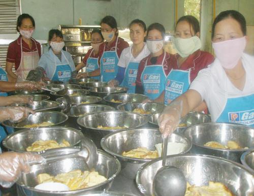 Quản lý bếp ăn bán trú luôn được các trường học quan tâm. (TRONG ẢNH: Bếp ăn bán trú Trường Tiểu học Trần Quốc Toản, Tam Kỳ).  Ảnh: C.N