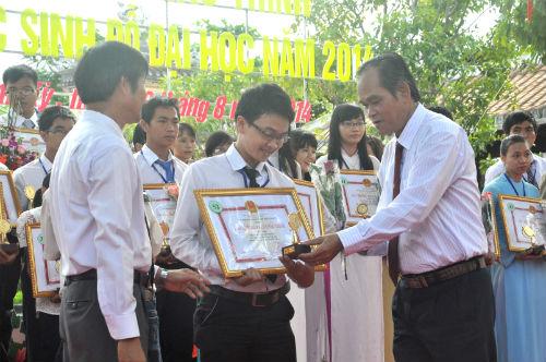 Bí thư Thành ủy Tam Kỳ Bùi Quốc Đinh và Chủ tịch UBND TP.Tam Kỳ Nguyễn Văn Lúa tặng giải thưởng Phan Châu Trinh.