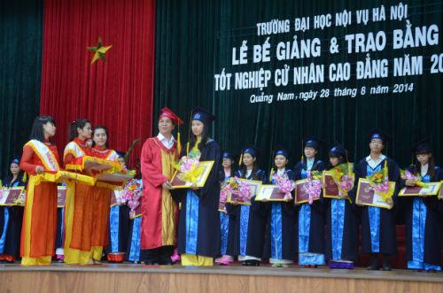 Nhà giáo ưu tú PGS. TS Triệu Văn Cường – Hiệu trưởng trường Đại học Nội vụ Hà Nội trao bằng tốt nghiệp cử nhân cao đẳng cho các học viên tại cơ sở miền Trung niên khóa 2011 -2014.