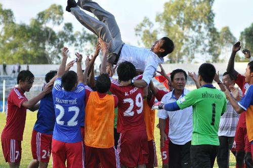 HLV Vũ Quang Bảo được các học trò công kênh sau khi giành quyền lên chơi tại V-League