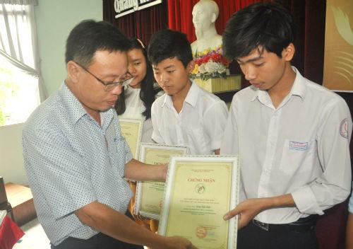 Tổng Biên tập Báo Quảng Nam Lê Văn Nhi trao giải thưởng cho em Võ Quang Hưng-giải nhất Toán kỳ thi học sinh giỏi quốc gia