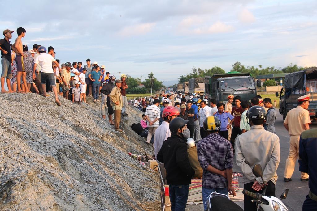 Vụ tai nạn khiến giao thông trên quốc lộ 1 bị ách tắc.