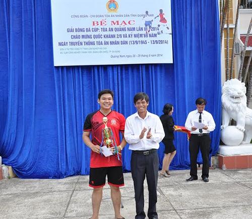 Đại diện Đội bóng TAND Quảng Ngãi nhận cúp vô địch Giải bóng đá cúp - TAND Quảng Nam lần thứ III năm 2014.