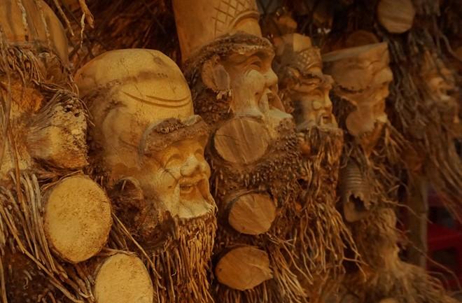 Gốc tre nghệ thuật là mặt hàng điêu khắc độc đáo hút khách trong và ngoài nước từ nhiều năm nay. Ảnh: Diệp Sa.