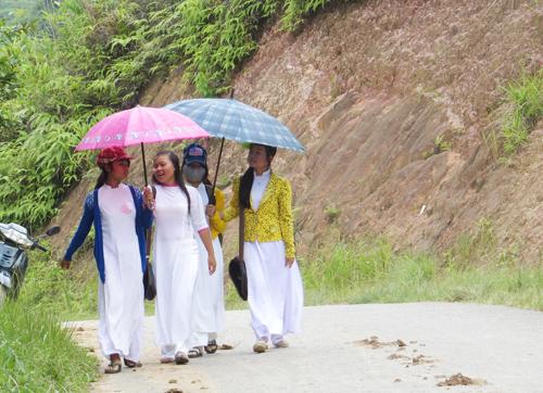 Nữ sinh ở miền núi vào năm học mới. Ảnh: H.L