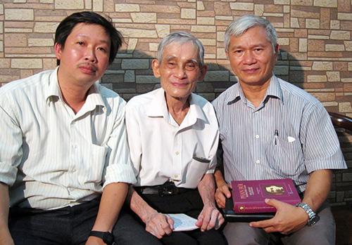 Tác giả bài viết và đại tá Nguyễn Minh Vân (giữa), ông Trần Phú Thành - con trai nhà cách mạng Trần Tống (phải).