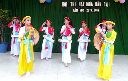 Học sinh tham gia hội thi hát múa dân ca.