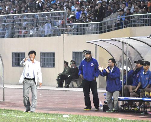 Sự chỉ đạo quyết liệt của HLV Vũ Quang Bảo giúp cho các cầu thủ QNK Quảng Nam thi đấu tưng bừng.Ảnh: A.NHI