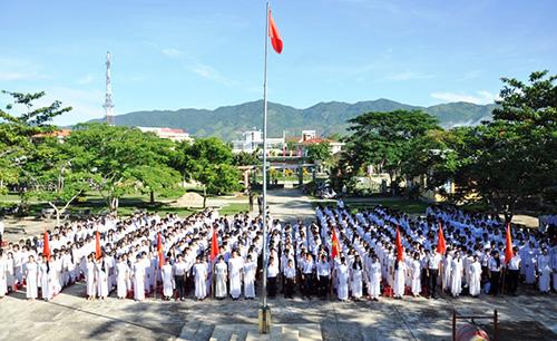 Học sinh Trường THPT Hiệp Đức tham dự lễ khai giảng năm học mới. Ảnh: Vinh Anh