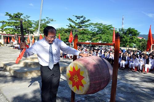 Ông Võ Xuân Ca - Chủ tịch Ủy ban MTTQ Việt Nam tỉnh đánh trống khai giảng năm học mới. Ảnh: Vinh Anh