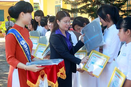 Đại diện Ngân hàng Sacombank trao học bổng cho các em học sinh trường THPT Duy Tân.