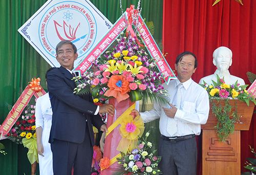 Chủ tịch UBND tỉnh Lê Phước Thanh tặng hoa chúc mừng lễ khai giảng của trường. Ảnh: Xuân Phú