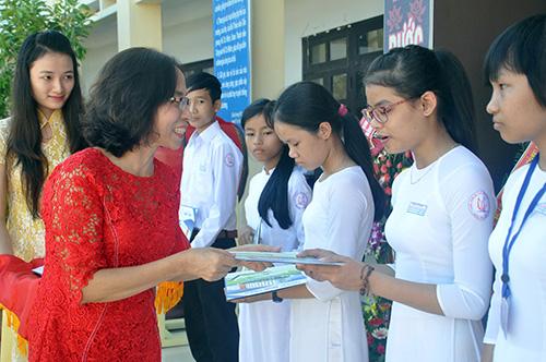 Bệnh viện Đa khoa Minh Thiện tặng học bổng cho học sinh. Ảnh: Xuân Phú.