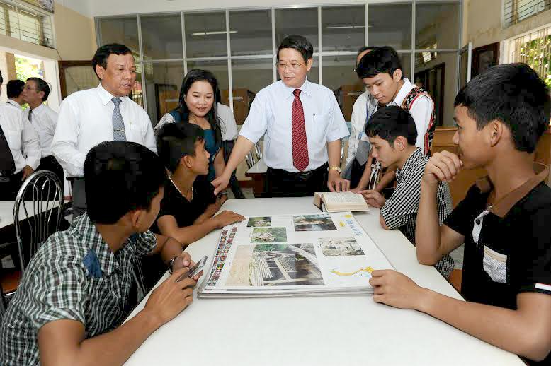 Bí thư Tỉnh ủy Nguyễn Đức Hải thăm và kiểm tra điều kiện ăn ở của HS.Ảnh: MINH HẢI