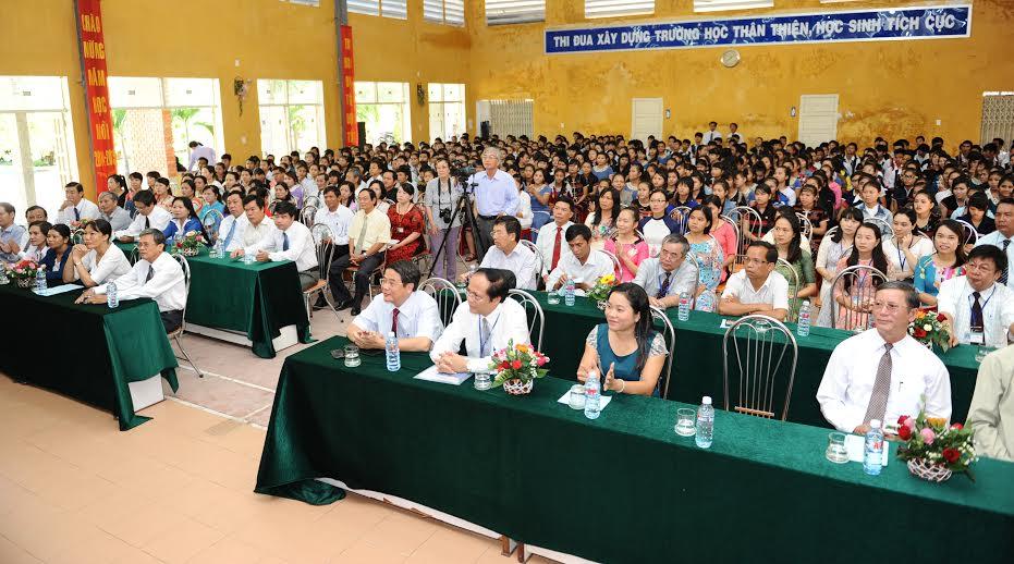 Các đồng chính lãnh đạo tỉnh và các huyện miền núi cùng dự lễ khai giảng tại trường Phổ thông Dân tộc nội trú tỉnh. Ảnh: MINH HẢI
