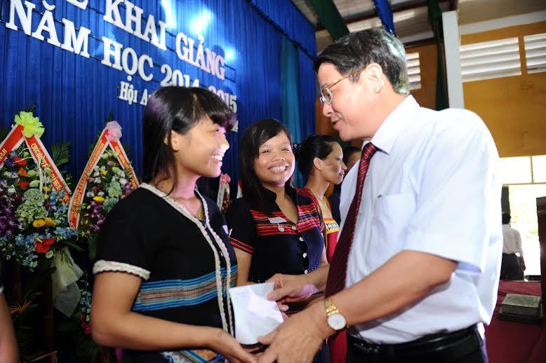 Bí thư Tỉnh ủy Nguyễn Đức Hải tặng quà, đồng viên các học sinh trường