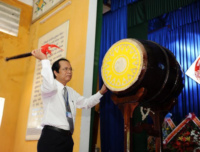 Hiệu trưởng Trần Minh Hiệu gióng trống khai giảng năm học mới. Ảnh: MINH HẢI
