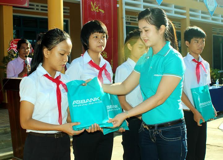 Đại diện Ngân hàng An Bình chi nhánh Quảng Nam trao quà cho các em học sinh tại trường THCS Nguyễn Khuyến (TP.Hội An).