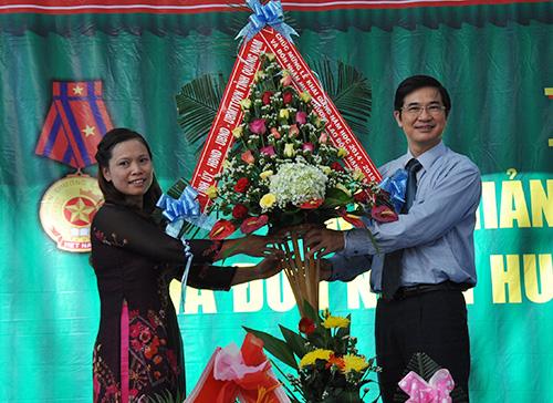 Phó Bí thư Thường trực Tỉnh ủy Nguyễn Ngọc Quang tặng hoa chức mừng nhà trường nhân lễ khai giảng năm học 2014-2015.