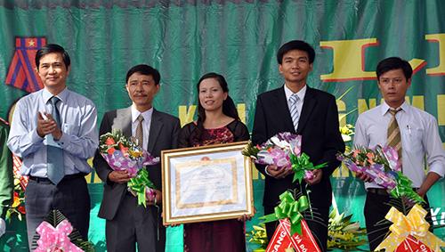 Phó Bí thư Thường trực Tỉnh ủy Nguyễn Ngọc Quang trao Huân chương Lao động hạng Ba cho lãnh đạo trường THPT Lê Hồng Phong.
