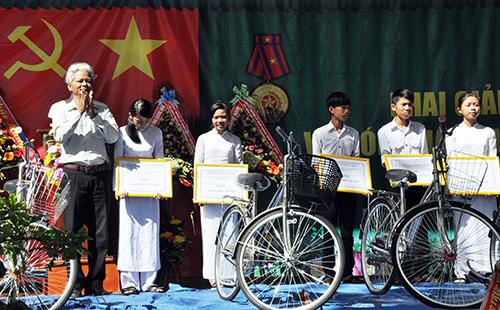 Trường THPT Lê Hồng Phong tặng xe đạp cho học sinh vượt khó học giỏi nhân dịp lễ khai giảng.