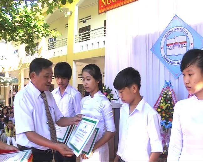 Ông Diệp Công Liên - Phó Chủ tịch Hội Khuyến học huyện Thăng Bình trao học bổng SPELL cho các em HS.