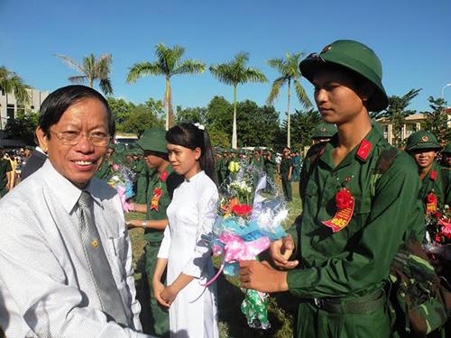 Chủ tịch UBND tỉnh Lê Phước Thanh tặng hoa và động viên các chiến sĩ.