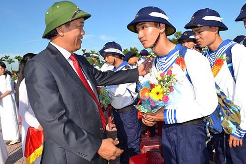 Phó Chủ tịch Thường trực UBND tỉnh Đinh Văn Thu tặng hoa động viên các tân binh.