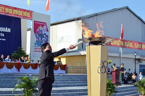 Bí thư Huyện ủy Điện Bàn - ông Lê Thân thắp sáng ngọn lửa truyền thống.