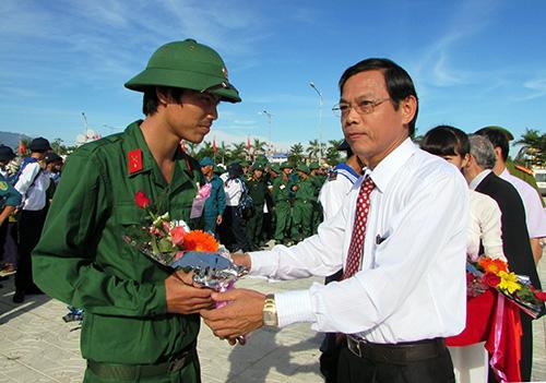 Phó Chủ tịch UBND tỉnh Nguyễn Chín tặng hoa các thanh niên Núi Thành trước giờ lên đường nhập ngũ.