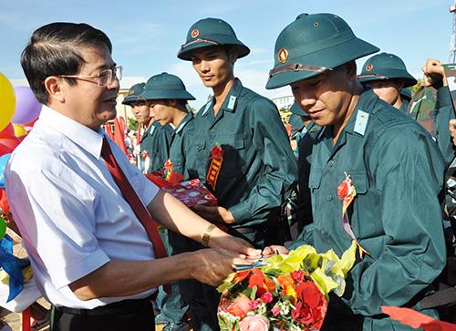 Bí thư Tỉnh ủy Nguyễn Đức Hải tặng hoa, chúc mừng tân binh trước lúc lên đường về đơn vị mới.