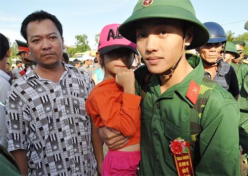 Tân binh Nguyễn Trung Vũ (18 tuổi, thôn Lộc Thọ, xã Tam Thái, Phú Ninh) cùng người thân trước lúc lên đường.