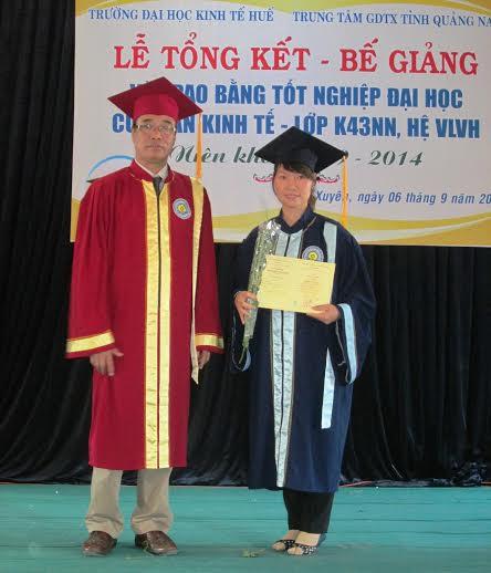 Trao bằng tốt nghiệp cử nhân kinh tế cho sinh viên.