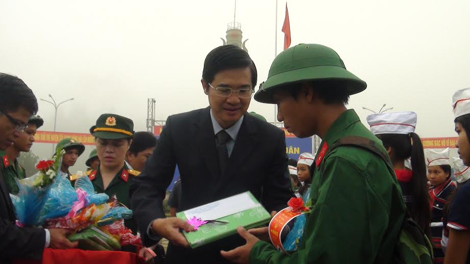 Phó Bí thư Thường trực Tỉnh ủy Nguyễn Ngọc Quang động viên tân binh lên đường nhập ngũ.