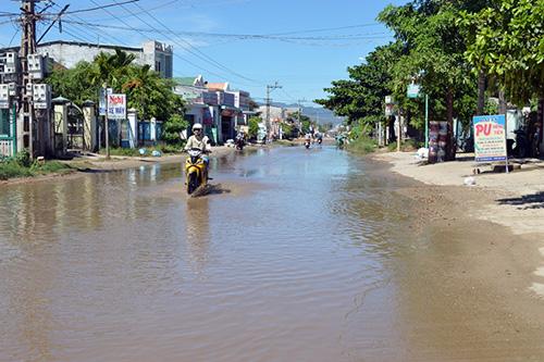 Đoạn đường ĐT609 qua thôn Phiếm Ái 1 bị ngập nước thường xuyên.