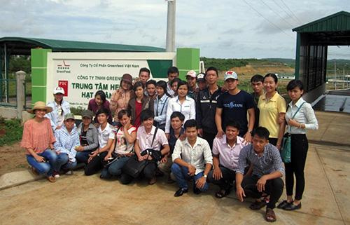 Các sinh viên tham quan mô hình chăn nuôi hiện đại tại Trung tâm heo giống của GreenFarm Asia.
