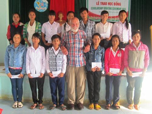 Ông Robert Stephen Greer - Chủ tịch Tổ chức Platypus trao học bổng cho trẻ em nghèo huyện Nam Giang.