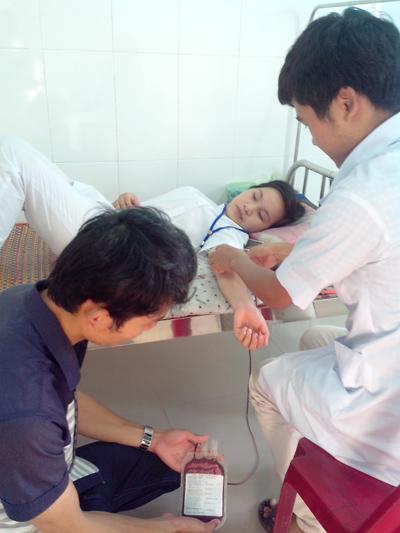 Cán bộ nhân viên Trung tâm Y tế Nông Sơn hiến máu cho bệnh nhân. Ảnh: T.L