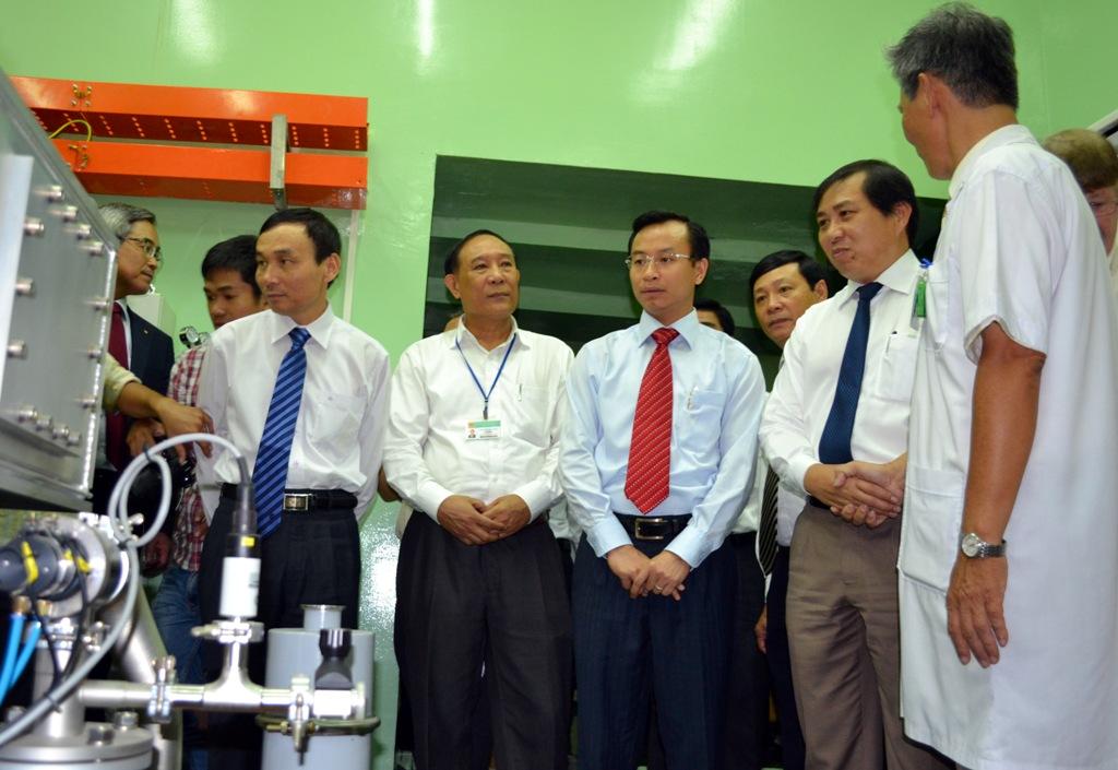 Quan khách tham quan Trung tâm khu vực miền Trung về Y học hạt nhân và xạ trị.