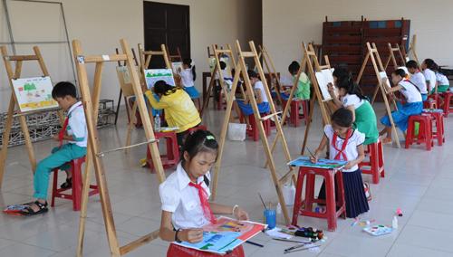 """Hội thi vẽ mỹ thuật """"Chúng em với biển đảo quê hương"""" góp phần nhân thêm tình yêu biển đảo trong học sinh. Ảnh: X.NGHĨA"""